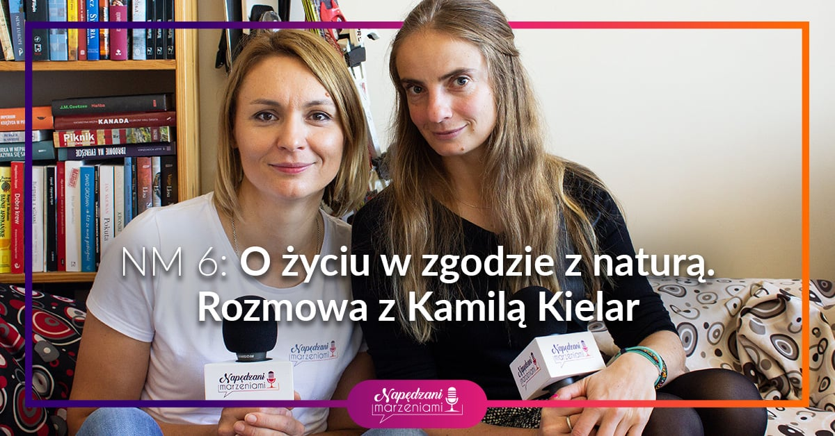 dwie kobiety ,Joanna Borucka i Kamila Kielar trzymają mikrofony. Rozmawiają o życiu w zgodzie z naturą