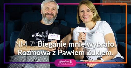 Kobieta i mężczyzna siedzą na kanapie i trzymają mikrofony, rozmawiają o bieganiu