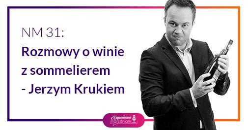 sommelier Jerzy Kruk trzyma wino
